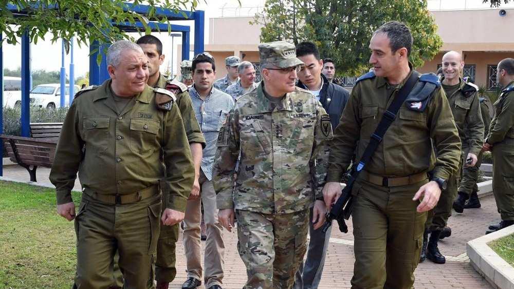 El general Curtis M. Scaparrotti, recorre la sede del Sistema de Defensa de Misiles Arrow en Palmachim, acompañado por el Jefe de Estado Mayor de las FDI, Teniente General Gadi Eizenkot y el Comandante de Defensa Aérea Brig. Gen. Zvika Haimovitch, 7 de marzo de 2017. (Matty Stern / Embajada de los Estados Unidos en Tel Aviv)