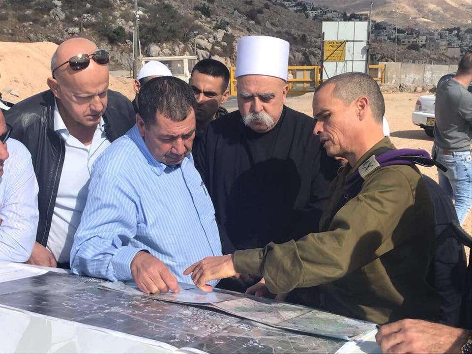 El jefe del Comando Norte de las FDI, mayor general Yoel Strick, se reúne con el jefe de la comunidad drusa israelí, Mowafaq Tarif, y otros líderes drusos en el norte de Israel el 3 de noviembre de 2017. (Fuerzas de Defensa de Israel)