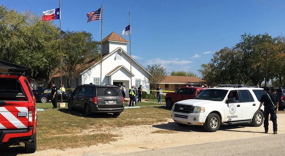 El personal de emergencia responde a un tiroteo fatal en una iglesia bautista en Sutherland Springs, Texas, el 5 de noviembre de 2017. (KSAT vía AP)