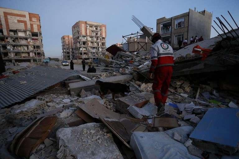 El personal de rescate realiza tareas de búsqueda y rescate después de un terremoto de magnitud 7.3 en Sarpol-e Zahab, en la provincia iraní de Kermanshah, el 13 de noviembre de 2017. (AFP PHOTO / ISNA / POURIA PAKIZEH)