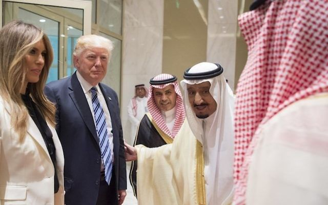 El presidente Donald Trump y la primera dama Melania Trump con el rey Salman bin Abdulaziz al-Saud de Arabia Saudita, segundo desde la derecha, en la ceremonia de inauguración del Centro Global de Lucha contra la Ideología Extremista en Riad, Arabia Saudita, 21 de mayo de 2017. (Bandar Algaloud / Consejo Real de Arabia Saudita / Agencia Anadolu / Getty Images)