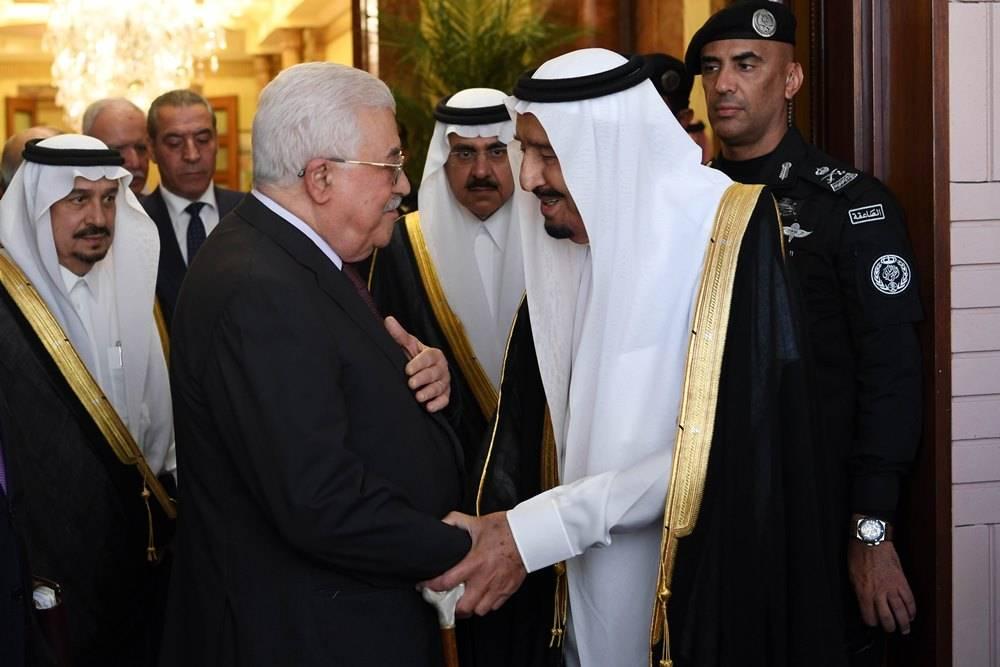 El presidente de la Autoridad Palestina Mahmoud Abbas se reúne con el rey saudí Salman en Riyadh el 7 de noviembre de 2017. (Thaer Ghanaim / Wafa)