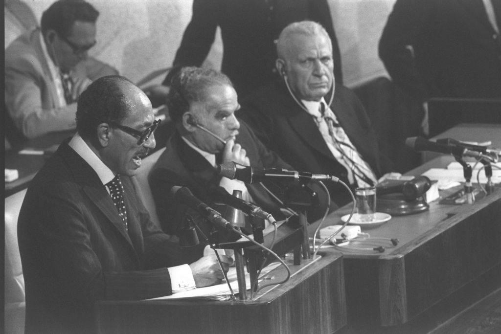 El presidente egipcio Anwar Sadat (L) se dirige a la Knesset israelí en Jerusalém, el 20 de noviembre de 1977 (crédito de la foto: Flash 90)