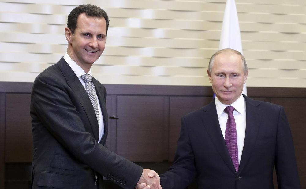 El presidente ruso, Vladimir Putin, derecha, estrecha la mano con el presidente sirio, Bashar Assad, en la residencia Bocharov Ruchei en el balneario de Sochi, en el Mar Negro, Rusia, el 20 de noviembre de 2017. (Mikhail Klimentyev, Kremlin vía AP)