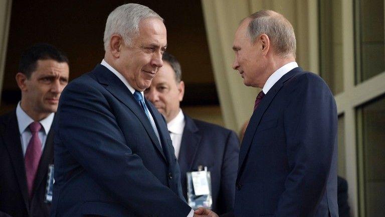El presidente ruso, Vladimir Putin (R), estrecha la mano del primer ministro Benjamin Netanyahu durante su reunión en Sochi el 23 de agosto de 2017. (AFP Photo / Sputnik / Alexey Nikolsky)