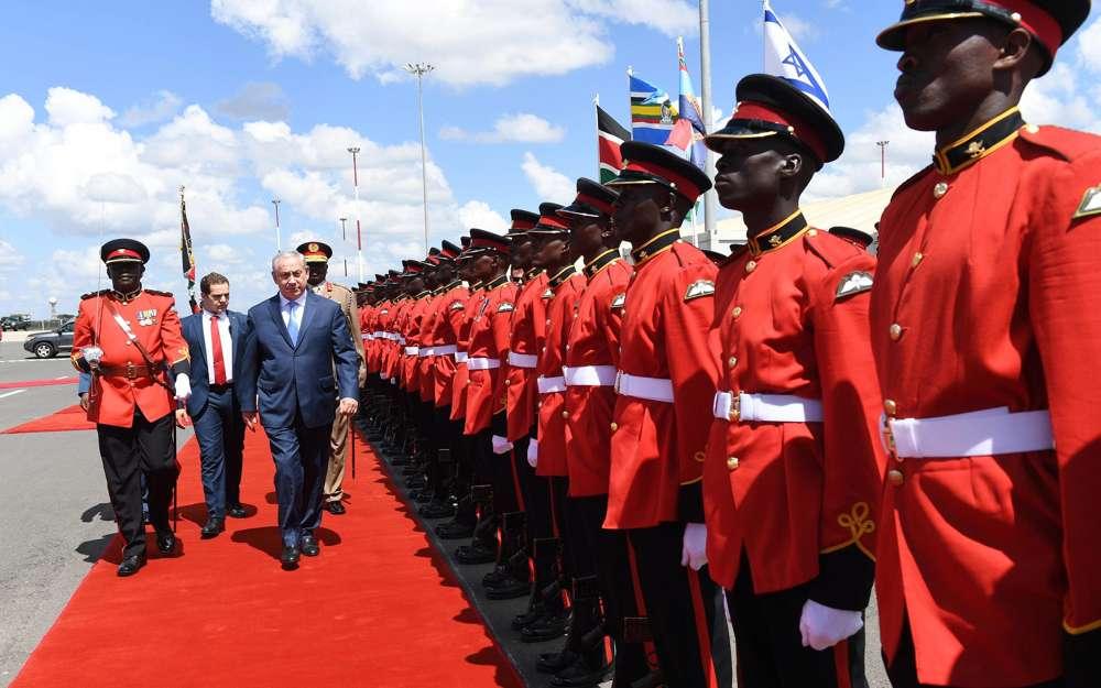 El primer ministro Benjamin Netanyahu llega a Nairobi, Kenia, el 28 de noviembre de 2017. (Haim Zach / GPO)