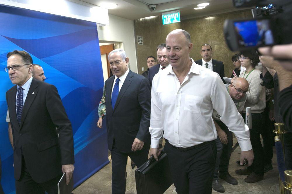 El primer ministro Benjamin Netanyahu llega a la reunión semanal del gobierno en la oficina del primer ministro en Jerusalém