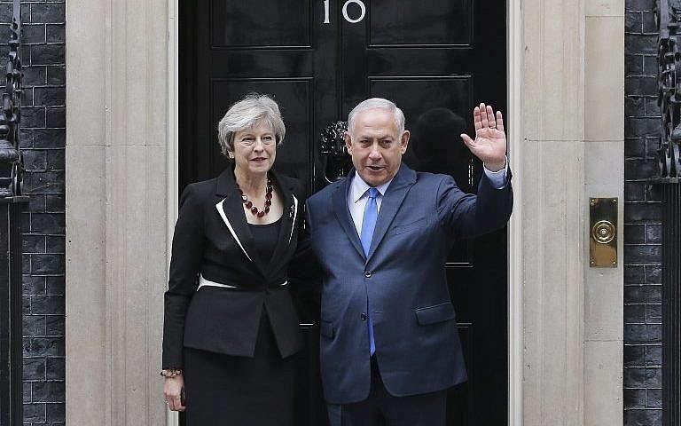El primer ministro Benjamin Netanyahu con la primera ministra británica Theresa May a las afueras de 10 Downing Street en Londres el 2 de noviembre de 2017. (AFP Photo / Daniel Leal-Olivas)