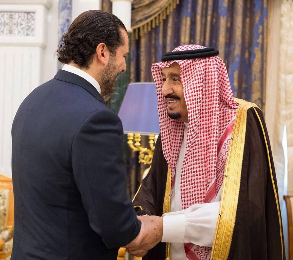 El rey saudita Salman, a la derecha, se reúne con el primer ministro saliente libanés, Saad Hariri, en Riyadh, Arabia Saudita, el 6 de noviembre de 2017. (Agencia de prensa saudí, a través de AP)