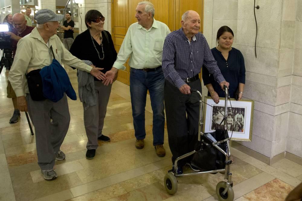 Eliahu Pietruszka, sobreviviente del Holocausto, centro derecha, camina con Alexandre Pietruszka y su familia en Kfar Saba, Israel, 16 de noviembre de 2017. (AP / Sebastian Scheiner)