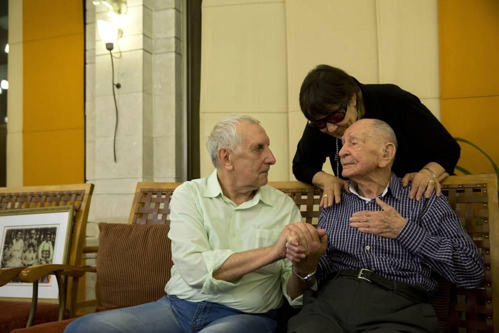 Eliahu Pietruszka, sobreviviente del Holocausto, derecha, habla con Alexandre Pietruszka mientras se encuentran por primera vez en Kfar Saba, Israel, el 16 de noviembre de 2017. (AP / Sebastian Scheiner)