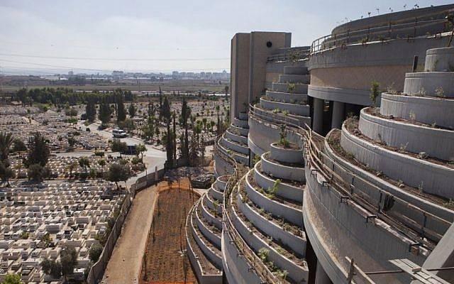 Esta foto del 6 de octubre de 2014 muestra una nueva parte vertical del cementerio de Yarkon en las afueras de la ciudad de Petah Tikva, Israel. (AP / Dan Balilty)