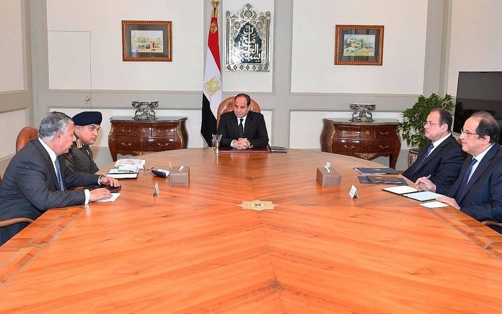 Esta foto, publicada por la Presidencia de Egipto, muestra a Abdel-Fattah El-Sissi, en el centro, reuniéndose con funcionarios en El Cairo después de que terroristas atacaron una mezquita abarrotada durante las oraciones del viernes en la península del Sinaí. (Presidencia egipcia a través de AP)
