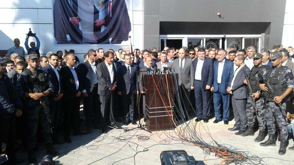 Funcionarios de Hamas y Fatah asisten a una ceremonia en la que el grupo terrorista de Gaza entregó todo el cruce fronterizo de Gaza a la Autoridad Palestina el 1 de noviembre de 2017 / (Wafa)