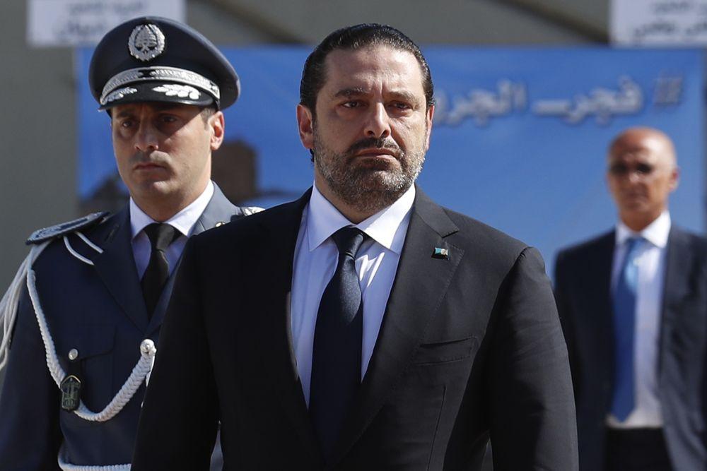 En esta foto tomada el viernes 8 de septiembre de 2017, el primer ministro libanés Saad Hariri, a la izquierda, llega a un funeral en masa de diez soldados libaneses en el Ministerio de Defensa libanés, en Yarzeh, cerca de Beirut, Líbano. (AP Photo / Hassan Ammar)