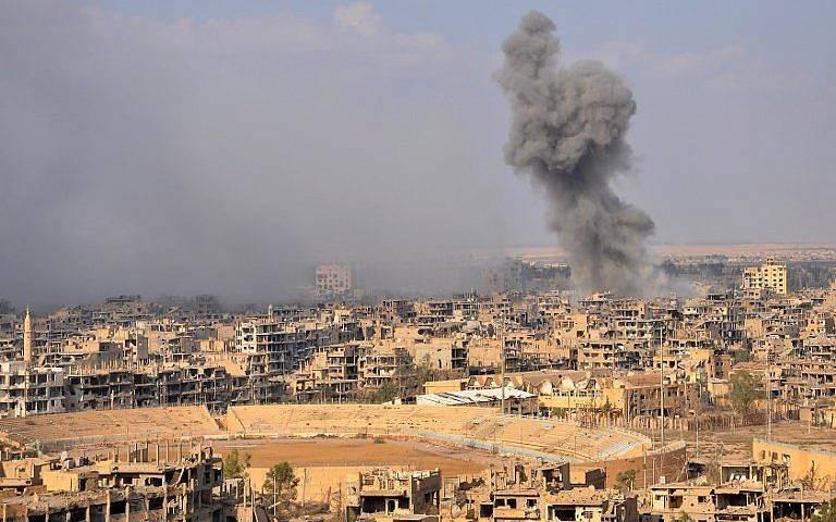 Humaredas de la ciudad oriental de Deir Ezzor durante una operación de las fuerzas del gobierno sirio contra los jihadistas del grupo Estado Islámico (IS) el 2 de noviembre de 2017. (AFP / Stringer)