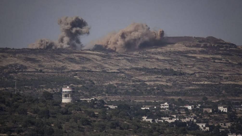 Explosiones de los combates en Siria vistas desde el lado israelí de la frontera con los Altos del Golán, 16 de junio de 2015. (Basilea Awidat / Flash90)