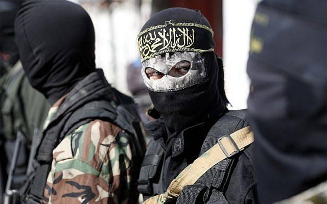 Los miembros del grupo terrorista Jihad Islámica palestina asisten al funeral de otros terroristas muertos en una operación israelí para volar un túnel que se extiende desde la Franja de Gaza a Israel en el centro de Gaza, el 31 de octubre de 2017. (AFP / Thomas Coex)