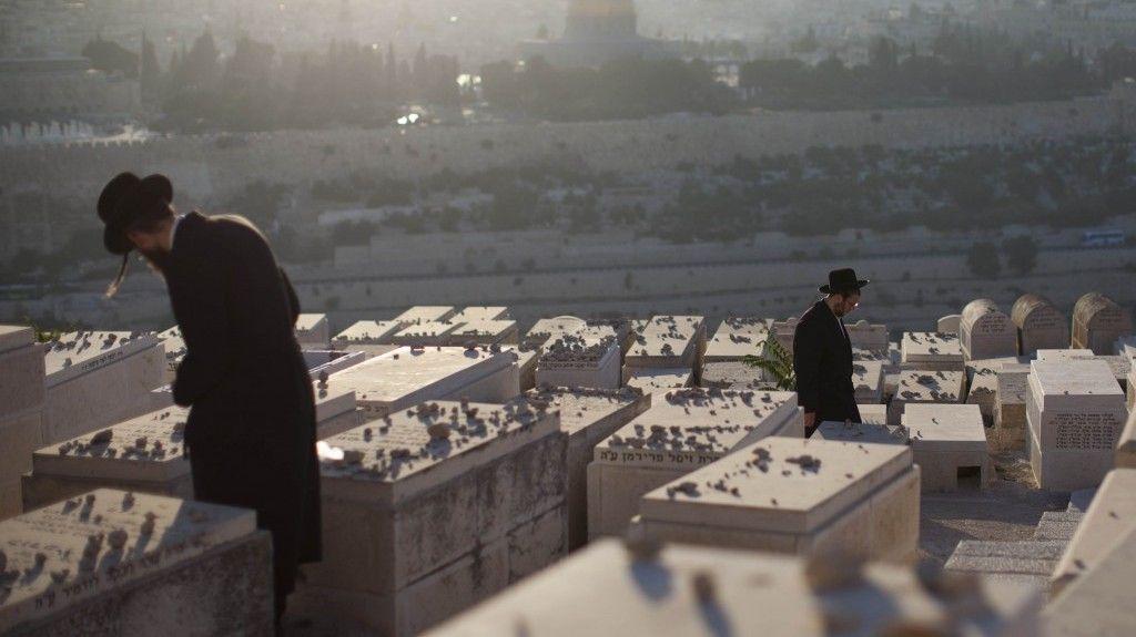 Los judíos ultraortodoxos visitan las tumbas en el cementerio del Monte de los Olivos, en septiembre de 2012. (Yonatan Sindel / Flash 90)