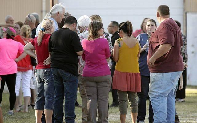 La gente se reúne cerca de la Primera Iglesia Bautista después de un tiroteo el 5 de noviembre de 2017 en Sutherland Springs, Texas. Erich Schlegel / Getty Images / AFP)
