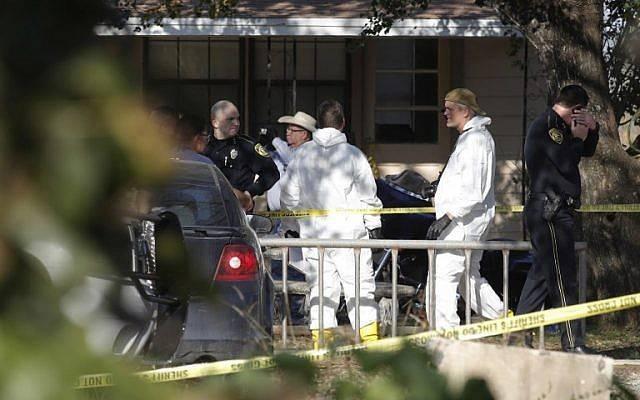 Las autoridades policiales y forenses se reúnen cerca de la Primera Iglesia Bautista después de un tiroteo ocurrido el 5 de noviembre de 2017 en Sutherland Springs, Texas. Erich Schlegel / Getty Images / AFP)