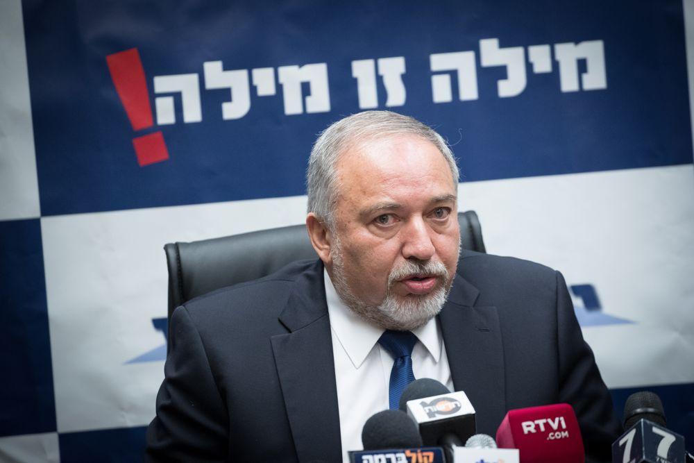 El ministro de Defensa, Avigdor Liberman, encabeza una reunión del partido Yisrael Beytenu en la Knesset en Jerusalén el 30 de octubre de 2017. (Yonatan Sindel / Flash 90)
