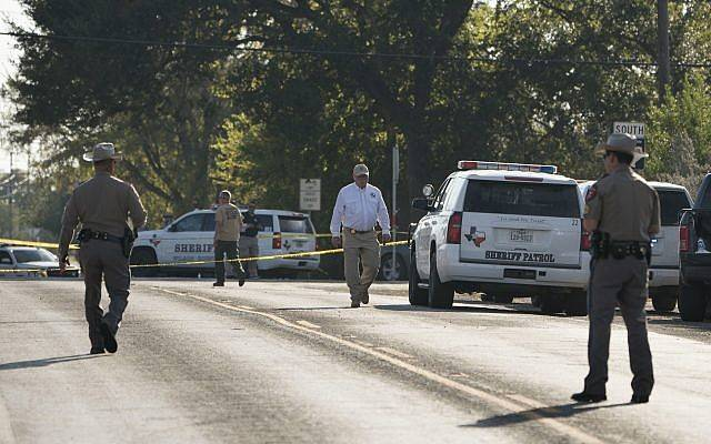 Los agentes del orden trabajan cerca de la Primera Iglesia Bautista de Sutherland Springs después de un tiroteo fatal, el 5 de noviembre de 2017, en Sutherland Springs, Texas. (AP / Darren Abate)