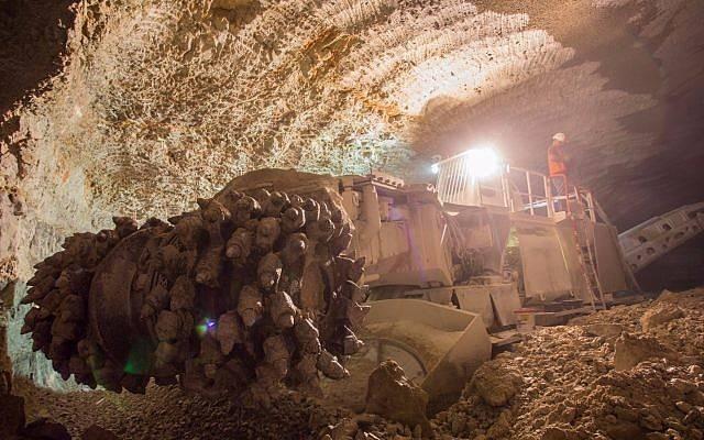 Los equipos pesados de excavación de túneles se utilizan en la construcción del cementerio subterráneo de Jerusalem. (Cortesía de Rolzur)
