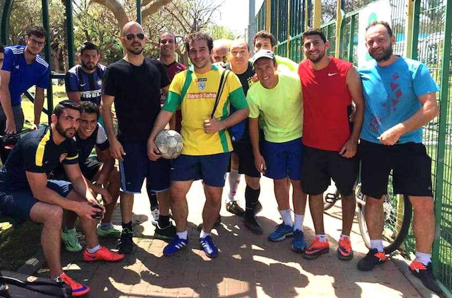 Los inmigrantes brasileños juegan fútbol semanalmente en Ra'anana. (Cortesía de Kehila Yalla Chaverim / vía JTA)