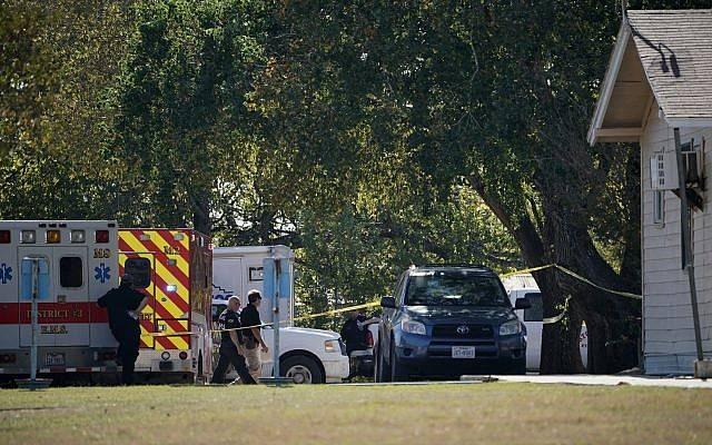 Los primeros respondedores trabajan en la parte trasera de la Primera Iglesia Bautista de Sutherland Springs en respuesta a un tiroteo fatal, el 5 de noviembre de 2017, en Sutherland Springs, Texas. (AP / Darren Abate)