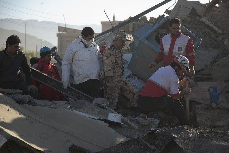 Los trabajadores de rescate buscan supervivientes en medio de los escombros después de un terremoto de 7.3 grados en Sarpol-e Zahab en la provincia occidental de Kermanshah, Irán, 13 de noviembre de 2017. (AFP / TASNIM NEWS / Farzad MENATI)
