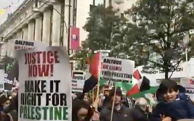 Manifestantes en Londres protestan contra la Declaración de Balfour y la visita del Primer Ministro Benjamin Netanyahu a la capital británica, el 4 de noviembre de 2017. (Captura de pantalla: Canal 10)