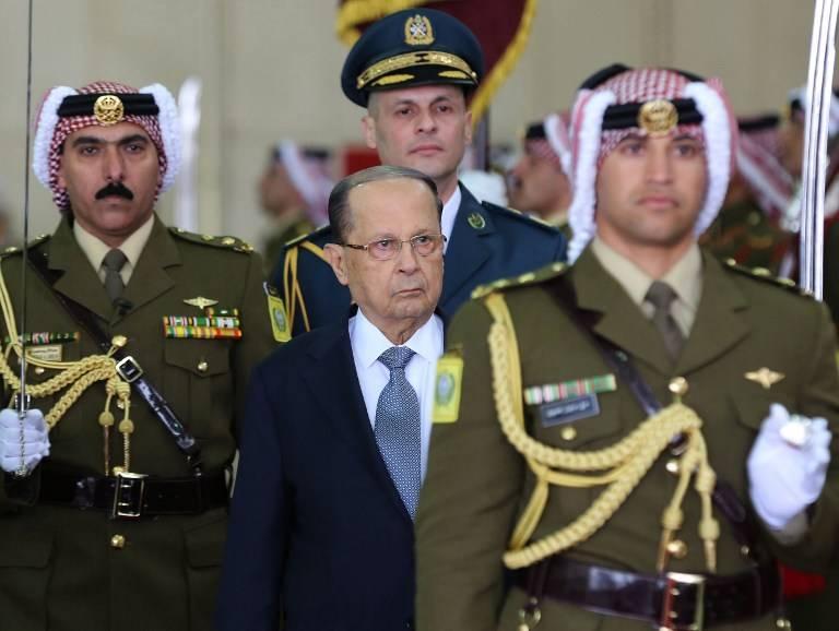 El presidente libanés Michel Aoun (C) y el rey jordano Abdullah II (no visible en esta foto) revisan la guardia de honor durante una ceremonia oficial de bienvenida en el aeropuerto de Marka en Ammán el 14 de febrero de 2017. (AFP Photo / Pool / Khalil Mazraawi)