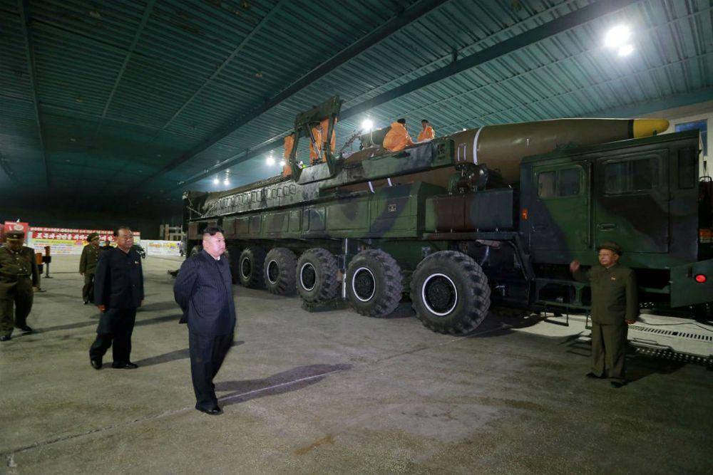 Kim Jong-un inspecciona un Hwasong-14, modelo anterior (Reuters)