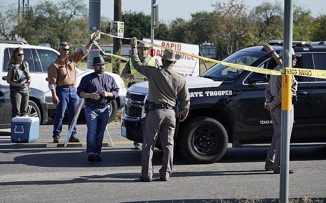 Los oficiales de policpia sostienen una cinta de separación cerca de la Primera Iglesia Bautista de Sutherland Springs después de un tiroteo fatal, el domingo 5 de noviembre de 2017, en Sutherland Springs, Texas. (AP / Darren Abate)