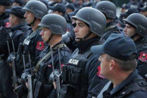 Policías especiales albaneses participan en una sesión informativa de seguridad en el estadio Arena de Elbasan antes del partido de fútbol clasificatorio para el Grupo G de la Copa Mundial 2018 entre Albania e Israel, en Elbasan el 12 de noviembre de 2016. (AFP PHOTO / GENT SHKULLAKU