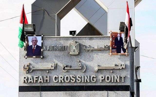Retratos del presidente egipcio Abdel-Fattah el-Sissi y del líder árabe Mahmoud Abbas cuelgan en el cruce fronterizo de Rafah con Egipto el 1 de noviembre de 2017. (SAID KHATIB / AFP)