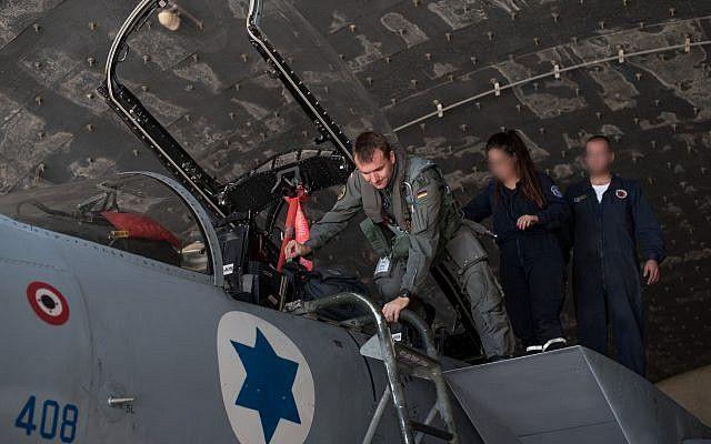 Un piloto alemán entra en un avión de combate israelí antes del ejercicio internacional Bandera Azul a principios de noviembre de 2017. (Fuerzas de Defensa de Israel)