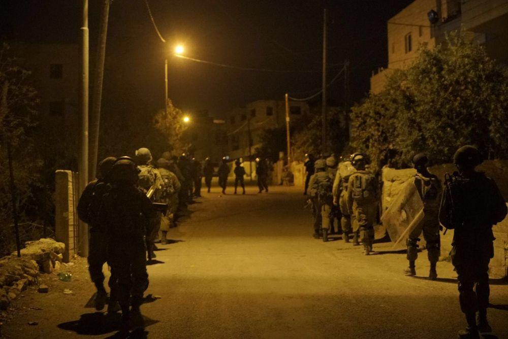 Tropas israelíes marchan hacia la aldea árabe de Bayt Surik antes de demoler la casa de un terrorista que asesinó a tres personas, el 15 de noviembre de 2017. (Fuerzas de Defensa de Israel)