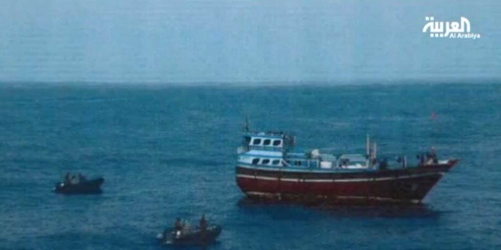 Un buque pesquero iraní interceptado frente a la costa de Omán por fuerzas de la coalición lideradas por Arabia Saudita que portaban armas que se creía vinculadas a los rebeldes Houthi en Yemen, septiembre de 2015. (captura de pantalla: Al-Arabiya)