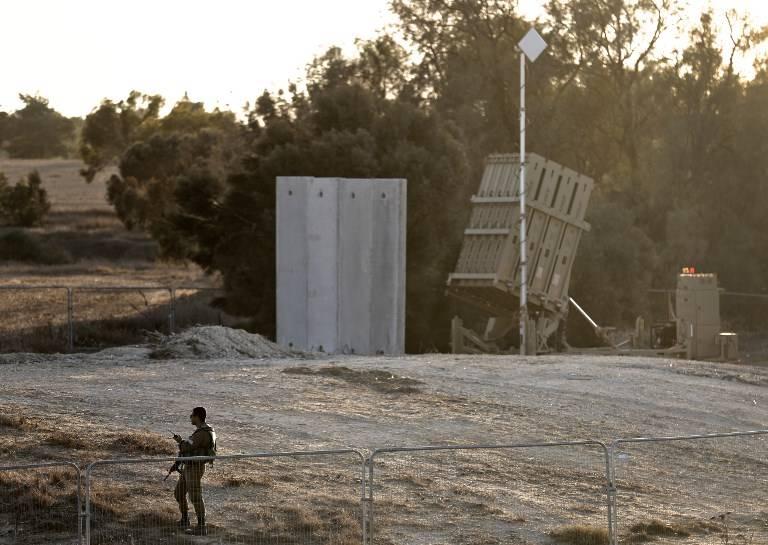 Un soldado israelí monta guardia junto al sistema de defensa israelí Cúpula de Hierro, diseñado para interceptar y destruir cohetes de corto alcance y proyectiles de artillería, desplegados cerca de la frontera israelí con la Franja de Gaza, cerca del Kibbutz Kissufim en el sur de Israel, el 30 de octubre de 2017. . (AFP PHOTO / MENAHEM KAHANA)