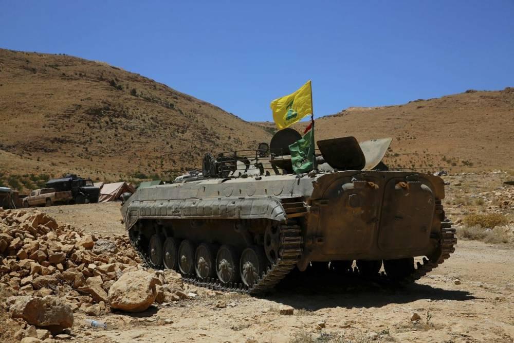Un vehículo blindado de Hezbolá se encuentra en el lugar donde estallaron los enfrentamientos entre Hezbollah y los combatientes vinculados con Al Qaeda en Wadi al-Kheil o el valle de Al-Kheil en la frontera entre Líbano y Siria, 29 de julio de 2017. (AP Photo / Bilal Hussein)