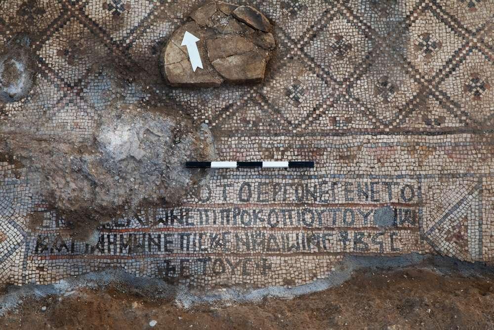 Una flecha apunta hacia el norte en una iglesia de 1.500 años de antigüedad en Ashdod-Yam, con una inscripción en griego que menciona una fecha: 292 según el calendario georgiano, que es 539 d. (Sasha Flit, Universidad de Tel Aviv)