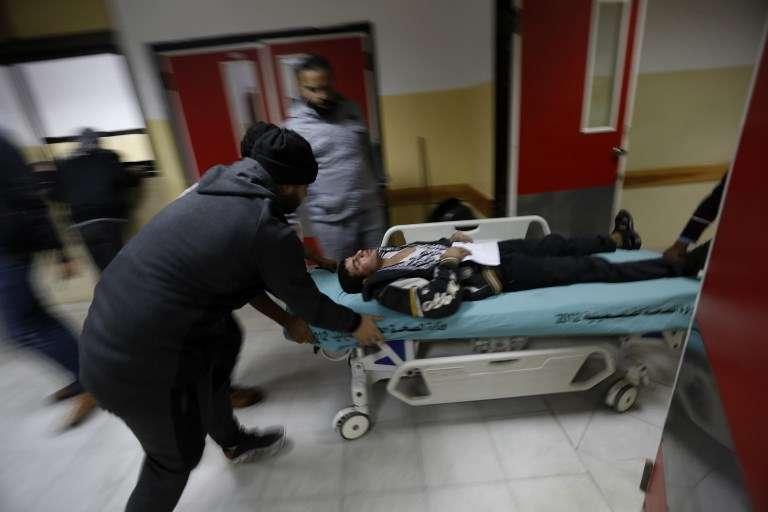 Un árabe herido llega a un hospital para recibir tratamiento luego de un ataque aéreo israelí en Beit Lahia, en el norte de la Franja de Gaza, después del lanzamiento de cohetes desde Gaza hacia Israel, el 8 de diciembre de 2017. (AFP PHOTO / MOHAMMED ABED)
