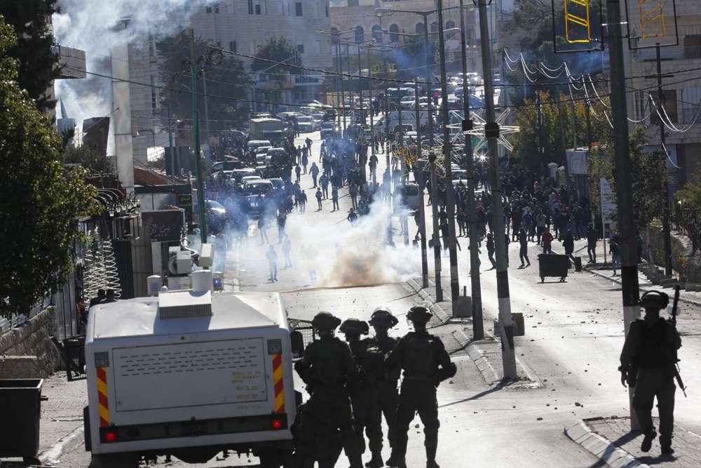 Árabes atacan a las tropas israelíes durante una protesta contra la decisión del presidente estadounidense Donald Trump de reconocer a Jerusalén como la capital de Israel en la ciudad de Belén, el viernes 8 de diciembre de 2017. (AP Photo / Nasser Shiyoukhi)