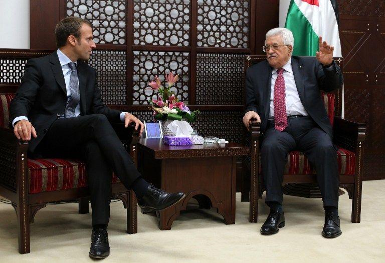 El presidente de la Autoridad Palestina Mahmoud Abbas (R) se reúne con el ministro de Economía francés Emmanuel Macron (L) en la ciudad de Ramallah el 7 de septiembre de 2015. (AFP / ABBAS MOMANI)