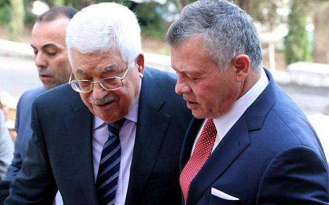 El Rey Abdullah II de Jordania, a la derecha, da la bienvenida al Presidente de la Autoridad Palestina Mahmoud Abbas en el Palacio Real de Ammán el 7 de diciembre de 2017. (AFP / Khalil Mazraawi)