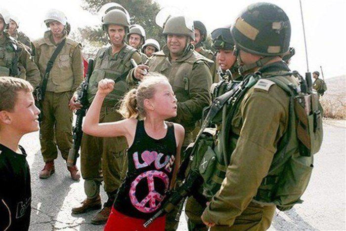 Ahed Tamimi provocando a soldados israelíes ante las cámaras de la prensa internacional.