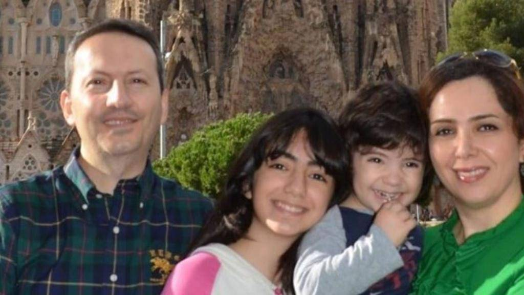 Ahmadreza Djalali, izquierda, y su familia. (Captura de pantalla a través de YouTube / Amnistía Internacional)