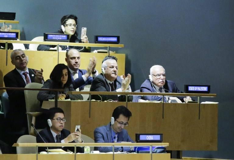 Riyad H. Mansour (C), embajador de la Autoridad Palestina en las Naciones Unidas, y los miembros de su delegación celebran los resultados de la votación sobre Jerusalém en el salón de la Asamblea General, el 21 de diciembre de 2017, en la sede de la ONU en Nueva York. (AFP PHOTO / EDUARDO MUNOZ ALVAREZ)